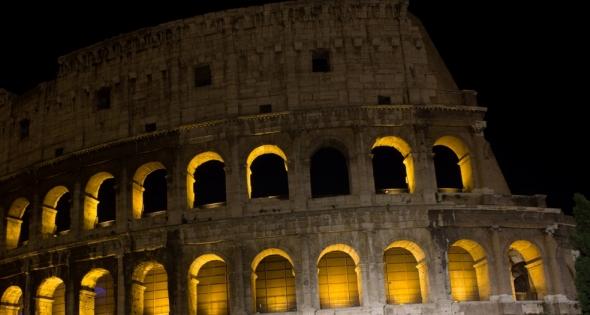 La Luna sul Colosseo